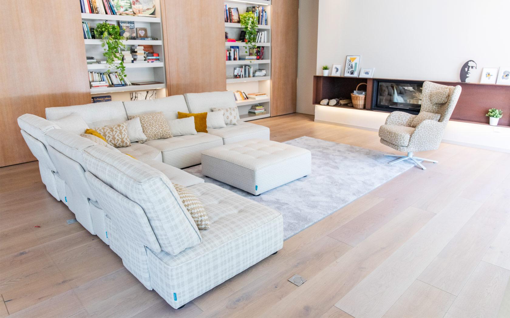 Arianne Love sofa Fama 2020 07