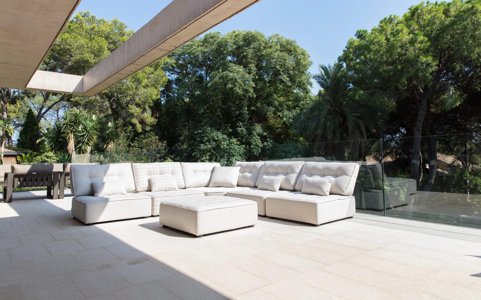 Arianne Love sofa Fama 2020 03