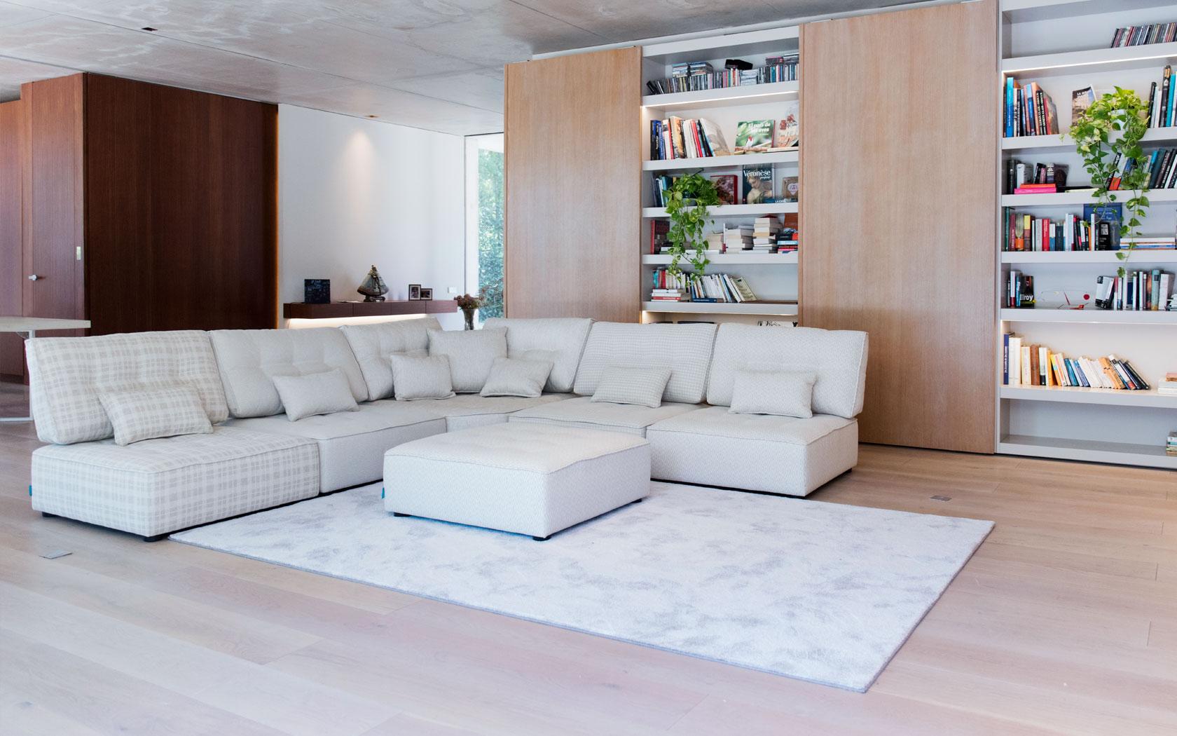 Arianne Love sofa Fama 2020 08
